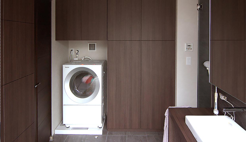 洗濯機側の壁面いっぱいにお作りしたランドリー収納