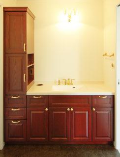 ゴールドの金物でクラシカルな洗面化粧台の画像